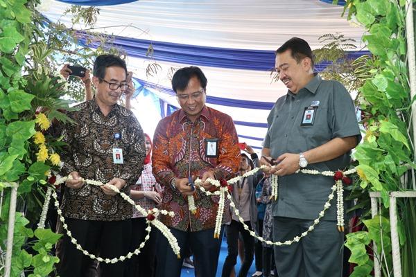 Direktur Keuangan dan Perencanaan Strategis Sucofindo Budi Hartanto melakukan pemotongan pita menandai dibukanya Outlet Laboratorium di Kawasan Surya Cipta Karawang pada 23 Juli 2019.