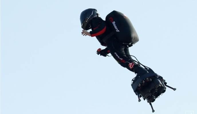 Franky Zapata saat terbang menggunakan hoverboard - Reuters