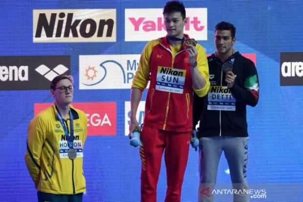Mack Horton (kiri) menolak menaiki panggung karena memprotes medali emas kepada Sun Yang ((tengah) dalam kejuaraan dunia renang 2019 di Korea Selatan