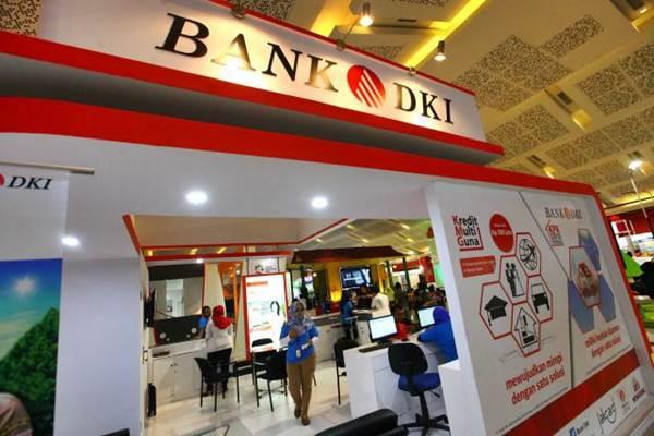 Pengunjung mencari informasi di stan Bank DKI di Jakarta Fair JIExpo Kemayoran Jakarta, Minggu (11/6). - JIBI/Dwi Prasetya