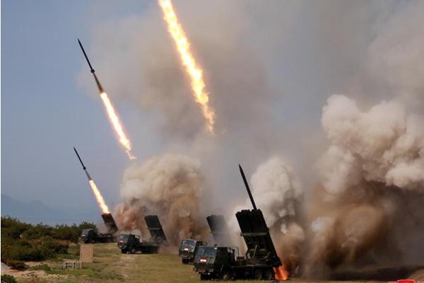 Militer Korea Utara melakukan latihan dengan beberapa peluncur dan senjata taktis ke Laut Timur selama latihan militer di Korea Utara, dalam foto 4 Mei 2019 yang dipasok oleh Kantor Berita Pusat Korea (KCNA). - KCNA via Reuters