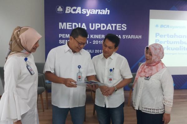 Presiden Direktur BCA Syariah John Kosasih bersama jajaran direksi lainnya dalam Media Updates, Jumat (26/7/2019). - Bisnis/M Richard