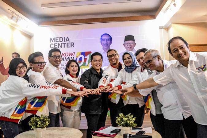 Ketua Tim Kampanye Nasional (TKN) Joko Widodo-Ma'ruf Amin, Erick Thohir (kelima kiri) berfoto bersama dengan anggota tim seusai memberikan keterangan pers di Media Center TKN, Jakarta, Kamis (31/1/2019). - ANTARA/Dede Rizky Permana