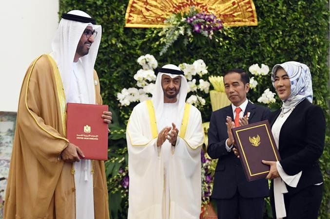 Presiden Joko Widodo (kedua kanan) bersama Putra Mahkota Abu Dhabi/Wakil Panglima Tertinggi Angkatan Bersenjata Uni Emirat Arab (UEA) Sheikh Mohamed Bin Zayed Al Nahyan (kedua kiri) menyaksikan pertukaran perjanjian kerja sama antara Dirut Pertamina Nicke Widyawati (kanan) dan Menteri Dalam Negeri UEA/CEO ADNOC Group Sultan bin Ahmed Aljaber (kiri) di Istana Bogor, Jawa Barat, Rabu (24/7/2019). - ANTARA/Akbar Nugroho Gumay