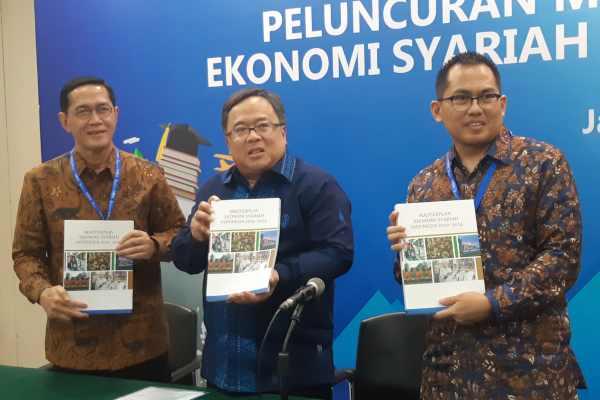 (Kiri ke kanan) Direktur Eksekutif KNKS Ventje Rahardjo, Menteri PPN/Kepala Bappenas Bambang Brodjonegoro, dan Direktur Pengembangan Ekonomi Syariah dan Industri Halal KNKS Afdhal Aliasar dalam konferensi pers Peluncuran Masterplan Ekonomi Syariah Indonesia 2019-2024, Selasa (14/5/2019). Bisnis - M. Richard