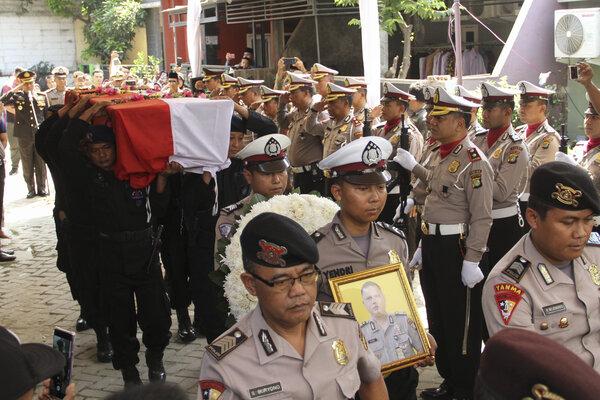 Personel kepolisian membawa jenazah Bripka Rahmat Effendy untuk dimakamkan di Rumah Duka Tapos, Depok, Jawa Barat, Jumat (26/7/2019). Bripka Rahmat Effendy tewas setelah ditembak sesama anggota polisi Bripda RT di Polsek Cimanggis Depok. - Antara/Asprilla Dwi Adha