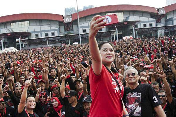 Puan Maharani (paling depan) berfoto bersama sejumlah kader dan simpatisan PDI Perjuangan (PDIP) saat senam bersama memperingati HUT ke-46 PDIP di JIExpo Kemayoran, Jakarta, Jumat (11/1/2019). - ANTARA/Galih Pradipta