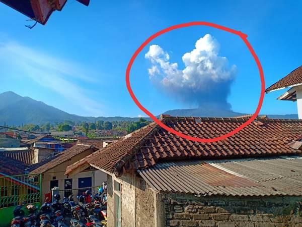 Foto erupsi Gunung Tangkuban Parahu termonitor dari Pos Pengamatan Gunungapi Tangkuban Parahu,Pusat Vulkanologi dan Mitigasi Bencana Geologi, Kementerian Energi dan Sumber Daya Mineral. - BMKG