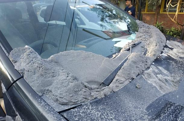 Abu erupsi Gunung Tangkuban Parahu yang mengenai mobil warga - Twitter BNPB