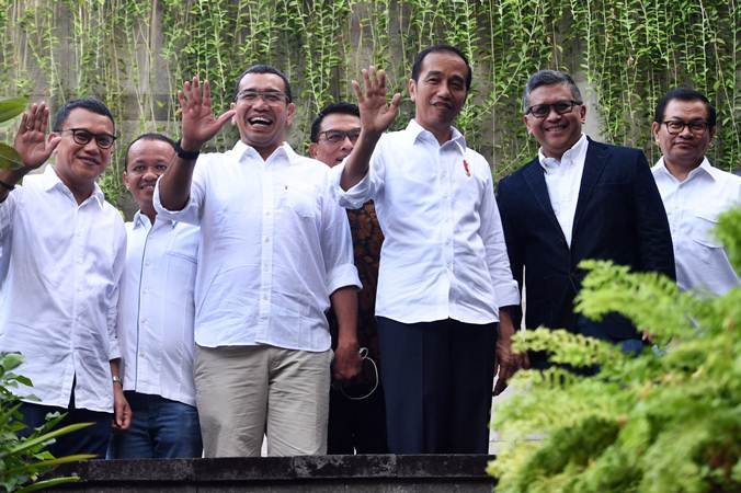 Presiden terpilih periode 2019-2024 Joko Widodo (ketiga kanan) berfoto dengan sejumlah petinggi Tim Kampanye Nasional (TKN) Jokowi-Maruf Amin, sebelum pertemuan di Jakarta, Jumat (26/7/2019). Agenda pertemuan membahas pembubaran TKN. - ANTARA/Akbar Nugroho Gumay