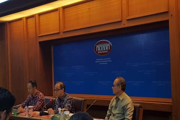 Pelaksana tugas (Plt) Juru Bicara Kementerian Luar Negeri Teuku Faizasyah memberikan press briefing mingguan di Kantor Kemenlu, Jakarta, Jumat (26/7/2019) - Denis Riantiza M