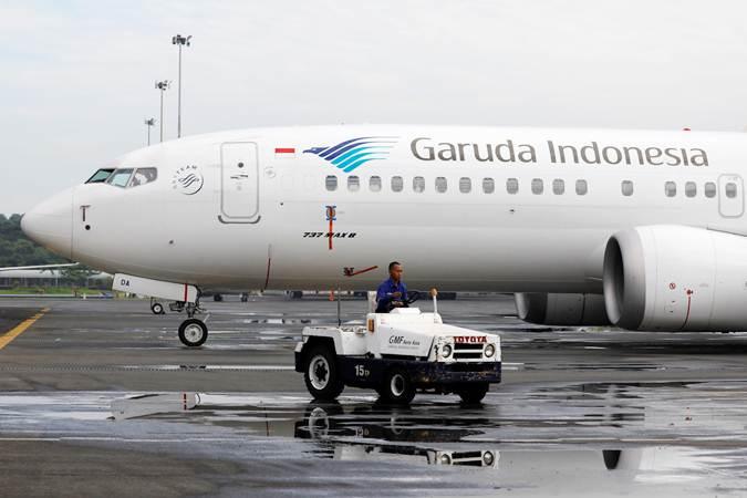 Teknisi beraktivitas di dekat pesawat Boeing 737 Max 8 milik Garuda Indonesia di Garuda Maintenance Facility AeroAsia, Bandara Soekarno-Hatta, Tangerang, Banten, Rabu (13/3/2019). - Reuters/Willy Kurniawan