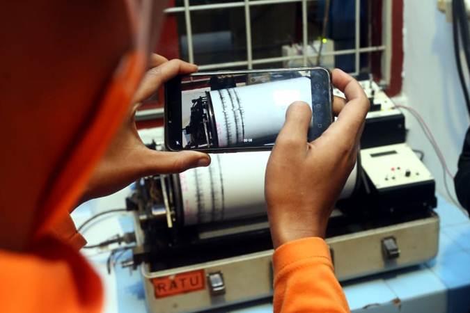 Petugas memantau aktivitas Gunung Tangkuban Parahu lewat seismograf di Pos Pengamatan Gunung Api Tangkuban Parahu, Lembang, Kabupaten Bandung Barat, Jumat (26/7) malam. - Bisnis/Rachman