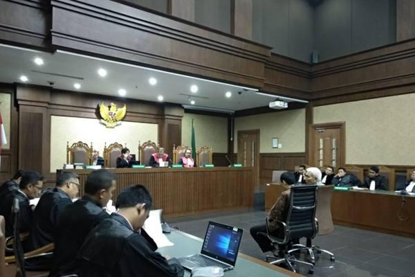 Sekretaris Jenderal (Sekjen) Komite Olahraga Nasional Indoensia (KONI) Ending Fuad Hamidy dan Bendahara Umum (Bendum) KONI Johny E Awuy menjalani sidang pembacaan tuntutan di pengadilan Tindak Pidana Korupsi (Tipikor) Jakarta, Kamis (9/5/2019). - Antara