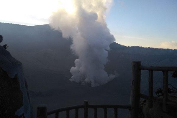Gunung Tangkuban Parahu di Bandung Barat, Jawa barat, erupsi pada Jumat (26/7/2019). - Istimewa