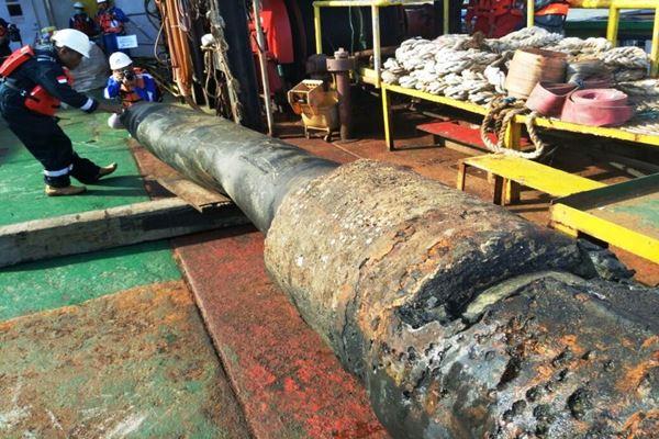 Pertamina mengangkat pipa yang putus di Teluk Balikpapan sepanjang 7 meter. Pertamina diminta mengangkat pipa sepanjang 54 meter yang putus menjadi tiga bagian. - Dok. Humas Polda Kaltim.