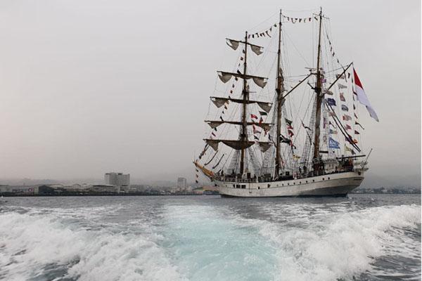 KRI Dewaruci berlabuh di Teluk Manado untuk memeriahkan Manado Fiesta 2019. Pada 2009, kapal perang ini juga berlabuh di Teluk Manado saat ajang Sail Bunaken. - Bisnis/Lukas Hendra.
