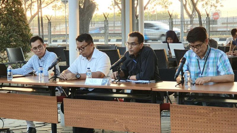 Direktur Keuangan dan Manajemen Risiko Garuda Indonesia Fuad Rizal (kedua dari kanan) sedang menjawab pertanyaan wartawan dalam jumpa pers di area parkir Garuda City Center pada Jumat (26/7/2019). - Bisnis/Rio Sandy Pradana