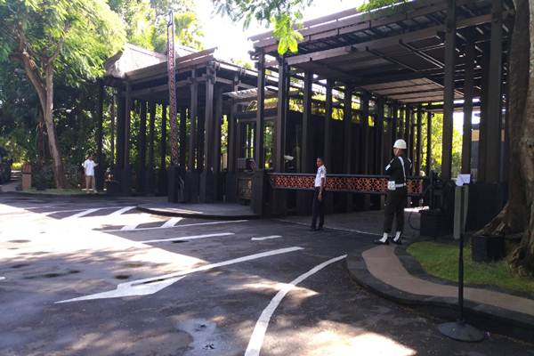 Hotel Saint Repintu gerbang dan suasana pantai Hotel The St Regis Bali Resort & The Laguna - Feri Kristianto