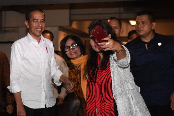Presiden terpilih periode 2019-2024 Joko Widodo (kiri) menerima ajakan swafoto pendukungnya usai pertemuan dengan Tim Kampanye Nasional (TKN) di Jakarta, Jumat (26/7/2019). Parpol koalisi pengusung pasangan Jokowi-Amin sepakat untuk membubarkan TKN. - Antara/Akbar Nugroho Gumay