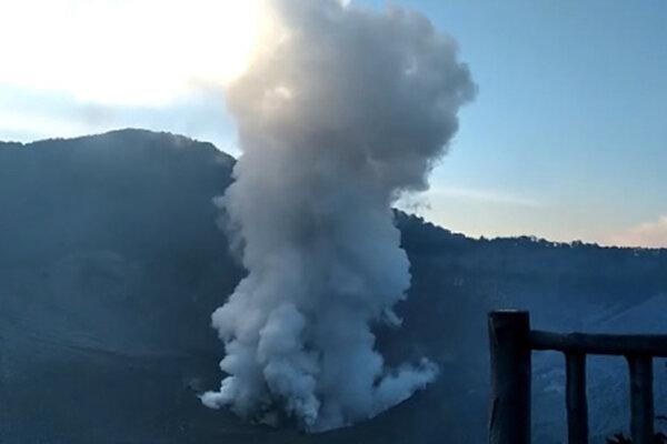 Potongan video erupsi freatik Gunung Tangkuban Perahu di Kabupaten Bandung, Jawa Barat, Jumat (26/7/2019). Gunung Tangkuban Perahu yang berada pada level normal mengalami erupsi dengan mengeluarkan kolom abu setinggi kurang lebih 200 meter di atas puncak. - Antara/Dok PVMBG