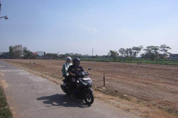 Pengendara sepeda motor melintas di kawasan Desa Ngawen, Kecamatan Ngawen, Jumat (26/7/2019). Sesuai rencana, lahan di Ngawen menjadi salah satu lahan terdampak pembangunan jalan tol Solo-Jogja. - JIBI/Ponco Suseno