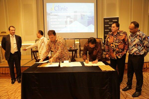Kepala BP Batam Edy Putra Irawadi (kanan) bersama CEO dClinic Richard Satur (kiri) saat menandatangi kerja sama blockchain antara BP Batam dan dClinic di Fullerton Hotel, Singapura.  - Ist