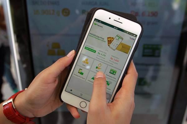 Model memperlihatkan layanan Pegadaian digital service. - JIBI/Dwi Prasetya