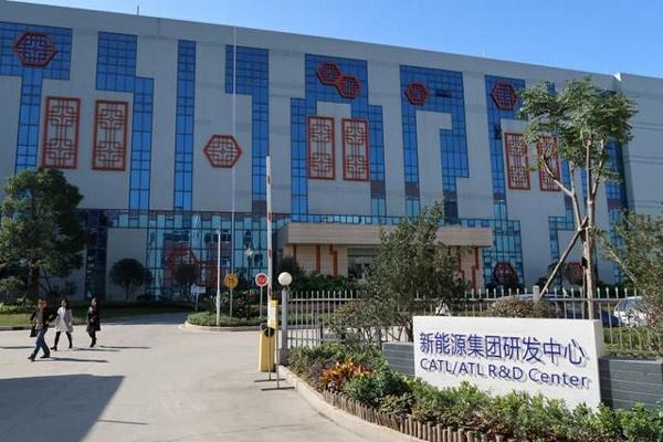 Sejumlah orang berjalan melintas di depan pusat riset dan pengembangan China Contemporary Amperex Technology Ltd (CATL) di Ningde, Zhejiang, China.  - REUTERS