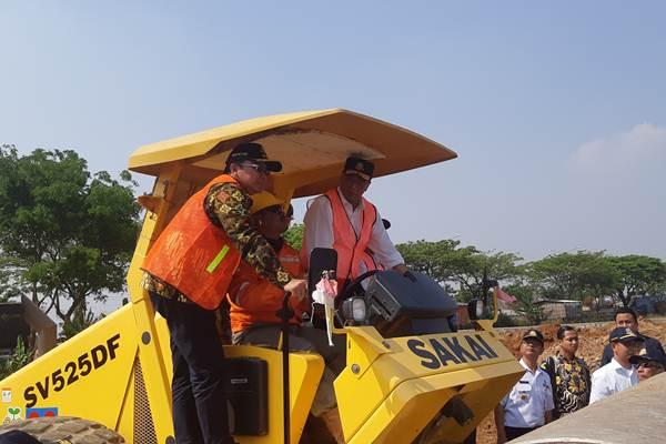 Menhub Budi Karya Sumadi saat meninjau proyek Terminal Tipe A di Demak, Jawa Tengah. Diharapkan terminal tersebut dapat beroperasi pada pertengahan 2020. - Bisnis/Hafiyyan