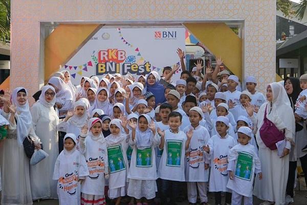 Corporate Secretary BNI Syariah, Rima Dwi Permatasari (tengah) bersama anak-anak istimewa dari Panti Asuhan Miftahul Jannah, disela kegiatan Story Telling sebagai bentuk partisipasi BNI Syariah dalam event RKB BNI Fest di Halal Park, GBK, Sabtu (27 - 07).