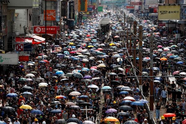 Pengunjuk rasa memenuhi kawasan Yuen Long di Hong Kong, China, Sabtu (27/7/2019). - Reuters/Tyrone Siu