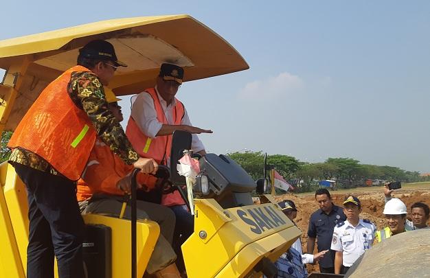 Menteri Perhubungan Budi Karya Sumadi (kanan) dan Dirjen Perhubungan Darat Kemenhub Budi Setiyadi (kiri) meninjau proyek Terminal Demak, Jawa Tengah, Sabtu (27/7/2019). Terminal ini merupakan salah satu dari 20 rencana pengembangan terminal tipe A. - Bisnis/Hafiyyan