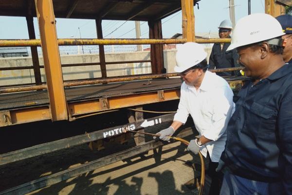 Direktur Jenderal Perhubungan Darat, Budi Setiyadi saat memotong truk over dimensi di Semarang.  - Bisnis/Alif Nazzala Rizqi