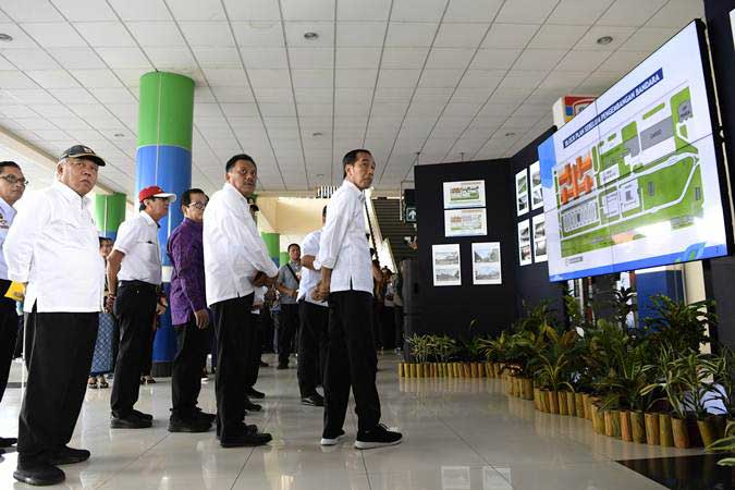 Presiden Joko Widodo (kanan) didampingi Menteri PUPR Basuki Hadimuljono (kiri), Menkumham Yasonna Laoly (kedua kiri) dan Gubernur Sulawesi Utara Olly Dondokambey (kedua kanan) meninjau Terminal Bandara Internasional Sam Ratulangi di Manado, Sulawesi Utara, Kamis (4/7/2019). - ANTARA/Puspa Perwitasari