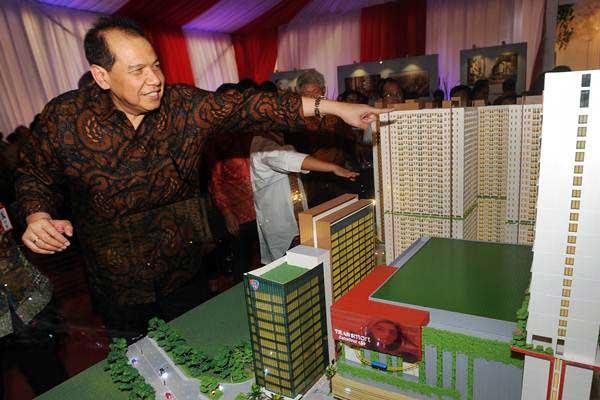 Chairman CT Corp Chairul Tanjung menunjukkan maket Super Blok TransPark Juanda Bekasi, usai pemancangan tiang pertama, di Bekasi , Jawa Barat, Jumat (3/11). - ANTARA/Audy Alwi