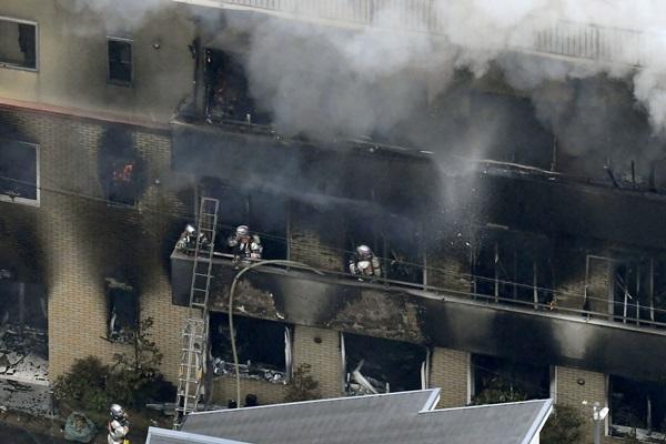 Petugas pemadam kebakaran di Studio Kyoto Animation, Kyoto, Jepanng - Kyodo via Reuters