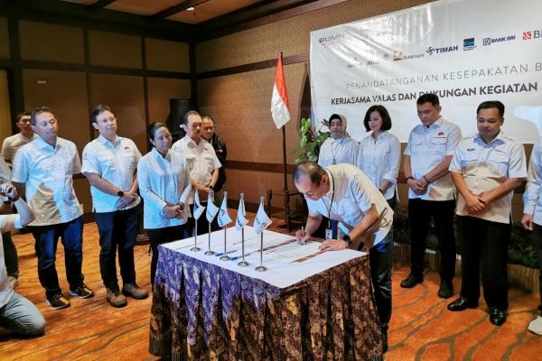 Menteri BUMN Rini Soemarno menyaksikan penandatangann kesepakatan kerja sama antara Holding Industri Pertambangan (HIP) dengan tiga bank BUMN di Timika, Papua, Minggu (28/7/2019). - Ist