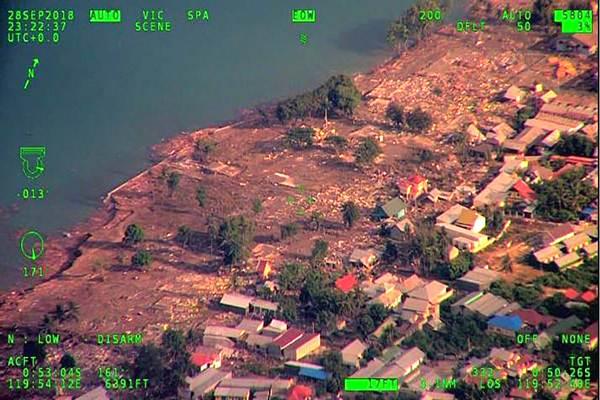 Foto udara kondisi kota Palu pascagempa dengan magnitudo 7,4 SR, Sabtu (29/9). Badan Nasional Penanggulangan Bencana (BNPB) menyatakan jumlah korban yang meninggal dunia akibat gempa dan tsunami yang terjadi Kota Palu, Sulawesi Tengah, pada Jumat (28/9), telah bertambah menjadi 384 orang, sementara jumlah korban yang terluka hingga 540 orang. - Antara