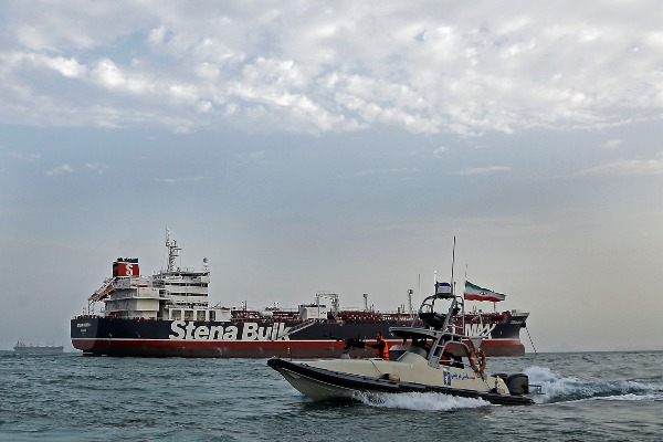Kapal Garda Revolusi Iran berjaga di dekat Stena Impero, kapal berbendera Inggris, di Pelabuhan Bandar Abbas, Minggu (21/7/2019). - Mizan News Agency via Reuters