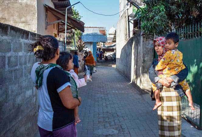 Warga keluar rumah saat terjadi gempa di Kelurahan Ampenan Tengah, Mataram, NTB, Selasa (16/7/2019). Berdasarkan data BMKG gempa berkekuatan 6 SR terjadi pukul 07:18:36 WIB dengan lokasi di 9.11 LS,114.54 BT (83 km Barat Daya Nusa Dua - Bali ) pada kedalaman gempa 68 km. - ANTARA/Ahmad Subaidi