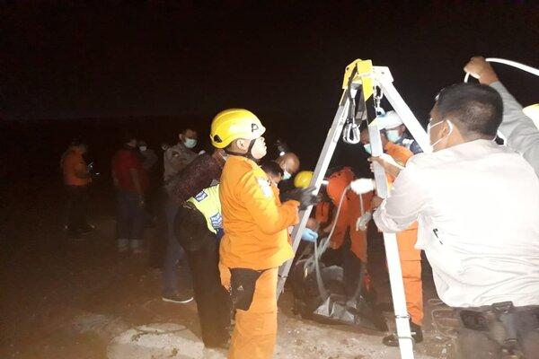 Proses evakuasi tim SAR gabungan terhadap empat pekerja galangan kapal di Pelabuhan Tanjung Emas, Semarang, Senin (29/7/2019) dini hari WIB. - JIBI