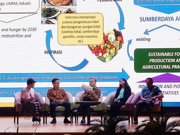 (kiri ke kanan) Prita Laura (Moderator), Rony Megawanto (Direktur Program KEHATI), Anang Nugroho Setyo Moeljono (Direktur Pangan dan Pertanian BAPPENAS), dan Yuyu Suryasari (Peneliti LIPI), dan Romo Benyamin Daud (Direktur Eksekutif YASPENSEL Flores Timur) dalam talkshow Keberagaman sebagai Jawaban Sumber Kebutuhan Pangan Lokal ke Depan di Perpustakaan Nasional RI, Senin (29/7/2019). - Geofanni Nerissa Arviana