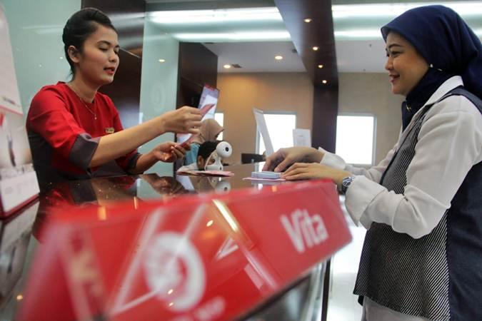 Karyawati Bank OCBC NISP melayani nasabah, di Jakarta, Senin (1/7/2019). - Bisnis/Triawanda Tirta Aditya