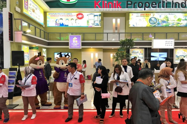 Tenaga penjual Harvest City bersiap menyambut pengunjung pada perhelatan IPEX 2019 di Jakarta, Senin (29/7/2019). - Bisnis