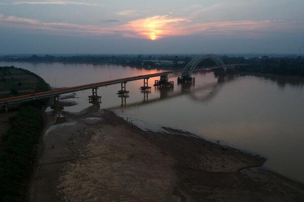 Foto udara jembatan Batanghari II di atas aliran Sungai Batanghari yang surut di Jambi Timur, Jambi, Senin (15/7/2019). - Antara/Wahdi Septiawan