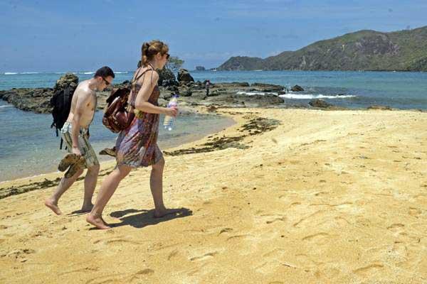 Wisatawan mancanegara mengunjungi Pantai Mandalika, Kuta, Praya, Lombok Tengah, NTB, Selasa (10/10). - ANTARA/Ahmad Subaidi