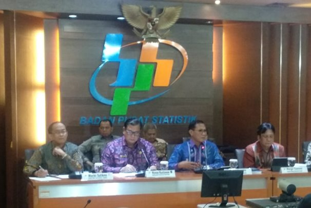 Kepala BPS Kecuk Suhariyanto (tengah) memaparkan Indeks Demokrasi Indonesia 2018 di kantornya, Senin (29/7/2019) - Bisnis/Lalu