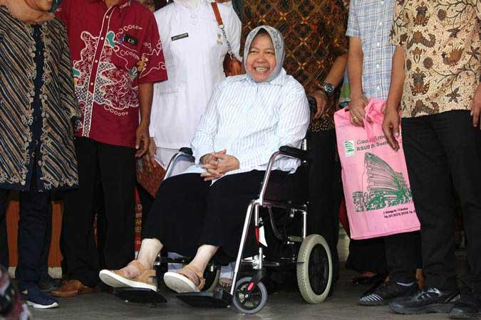 Wali Kota Surabaya Tri Rismaharini duduk di kursi roda saat keluar dari Graha Amerta RSUD Dr Soetomo, Surabaya, Jawa Timur, Rabu (3/7/2019). - ANTARA/Didik Suhartono