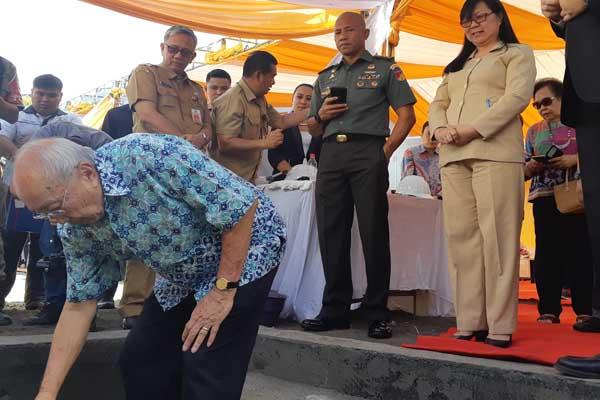 Head of DPUN Santini Group Sofyan Wanandi melakukan peletakan batu pertama pembangunan Luwansa Hotel Manado, Senin (29/7 - 2019).